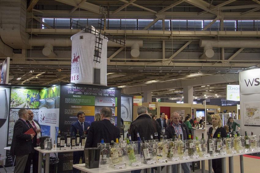 Buena acogida en el stand d elos vions DO La Mancha en Wine París el pasado 2018
