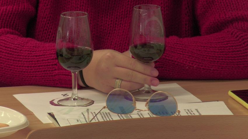 Una joven cata dos vinos DO La Mancha en la Complutense