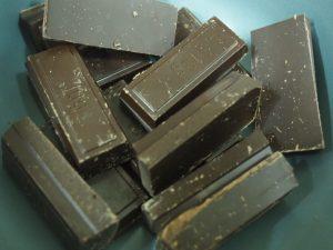 Chocolate negro para fundir como acompañamiento de las flores manchegas