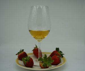 Copa de vino moscatel y fresas