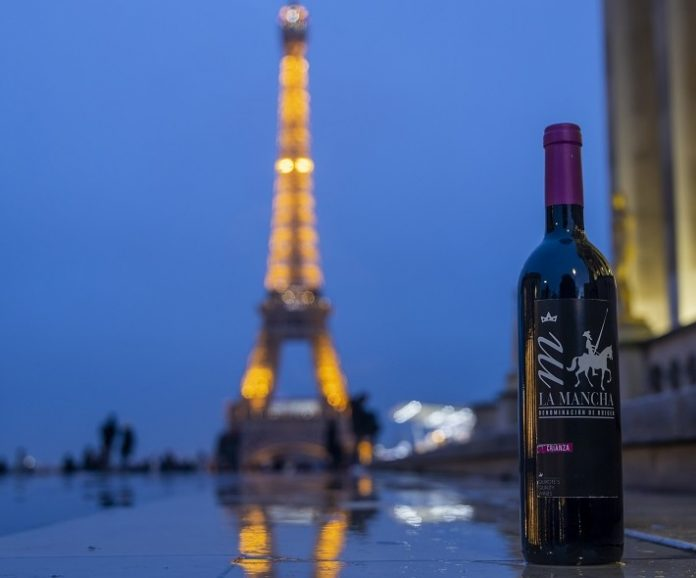 Wine Crianza in front of the Eiffel Tower