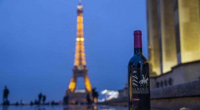 Un vino DO La Mancha frente a la Torre Eiffel de París