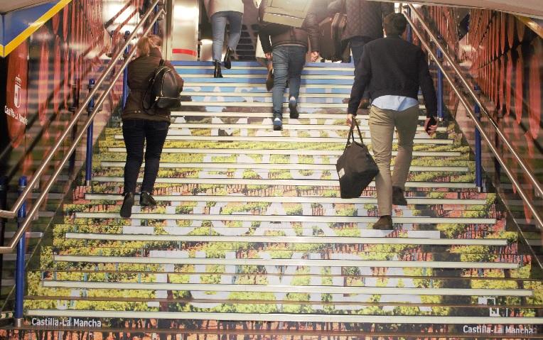 Estación de metro de Sol con la campaña de la ruta del vino de La Mancha