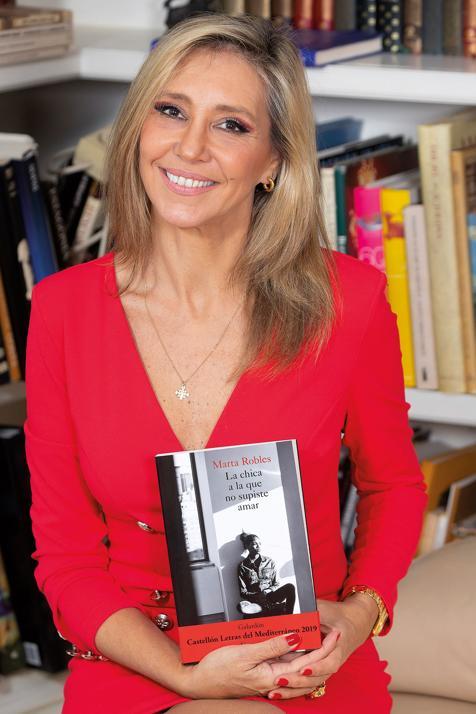 Marta Robles posa con su última novela