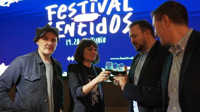 Amaral brinda con un vino DO La Mancha en la presentación del Festival en febrero, antes de la pandemia.