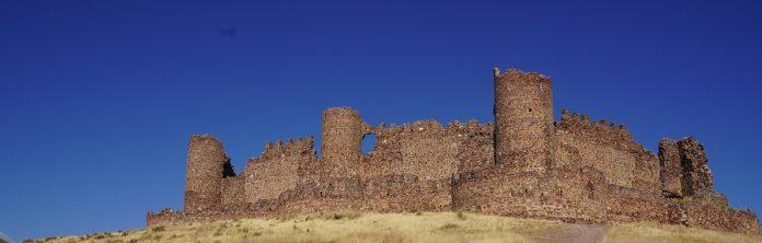 Fachada orientada a La Mancha del Castillo de Almonacid