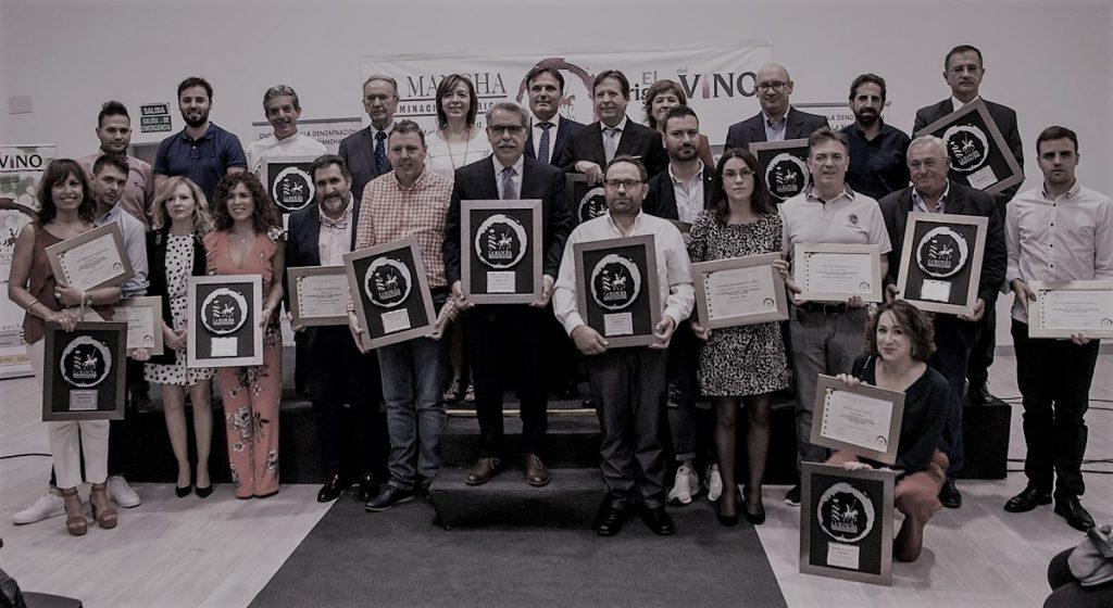 Foto de familia de los ganadores de los Premios Vino y Cultura en la pasada edición 2019