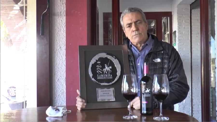 José Crespo agradece el galardón 'Amigo del vino' en nombre de la Federación de Empresarios de Hostelería y Turismo de CLM