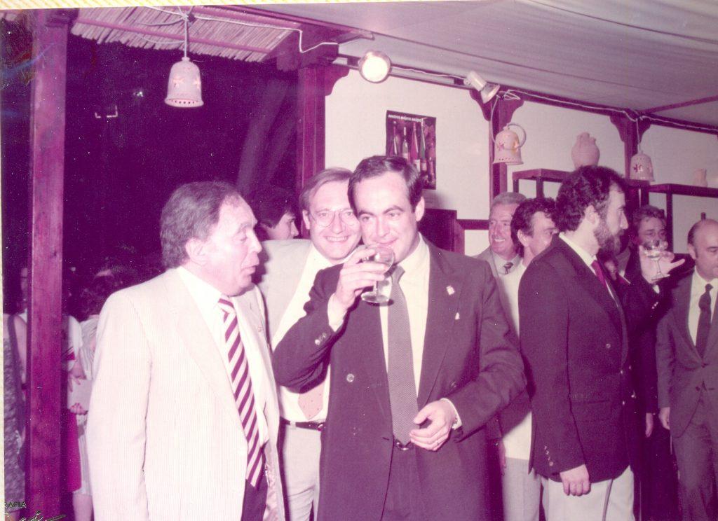 El entonces Presidente autonómico, José Bono, visita el stand de los vinos DO La Mancha en 'Alimentaria' en Barcelona en 1984