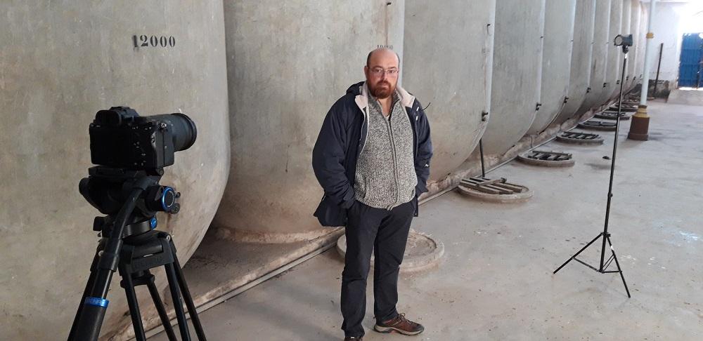 El historiador Vicente Torres en la grabación del documental Vinos de La Mancha: revolución y cambio en el siglo XX