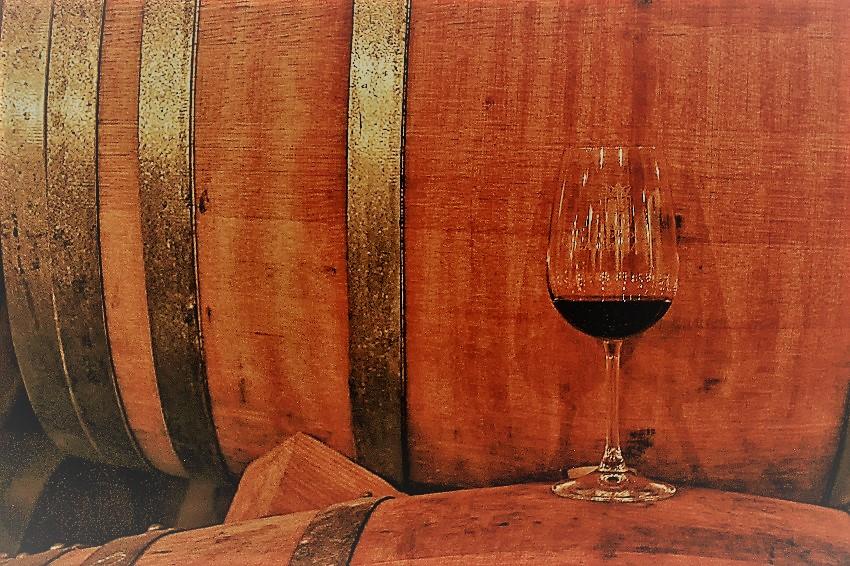 barrica junto a copa de vino tinto (2)