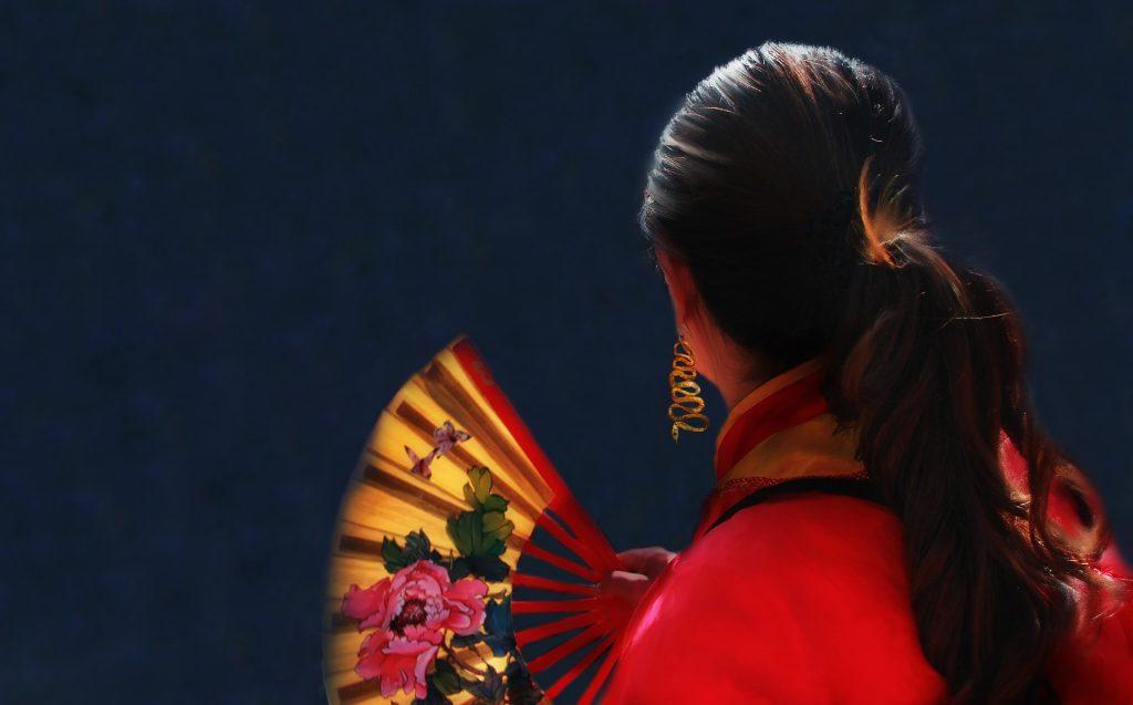 Mujer con vestuario tradicional en el Año Nuevo Chino. Imagen de LisaRedfern para Pixabay