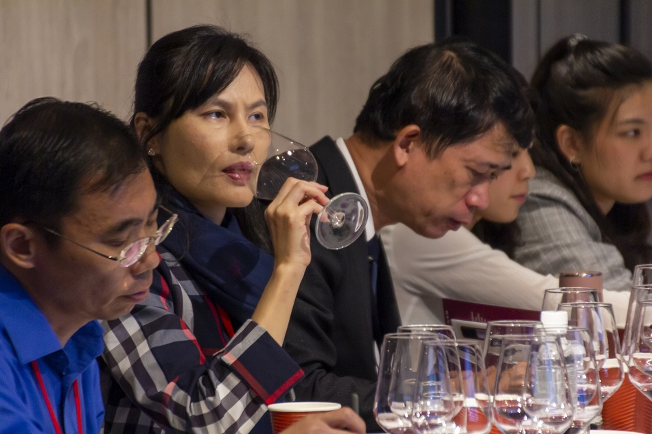 Profesionales catan los vinos en una acción en Asia, en 2019