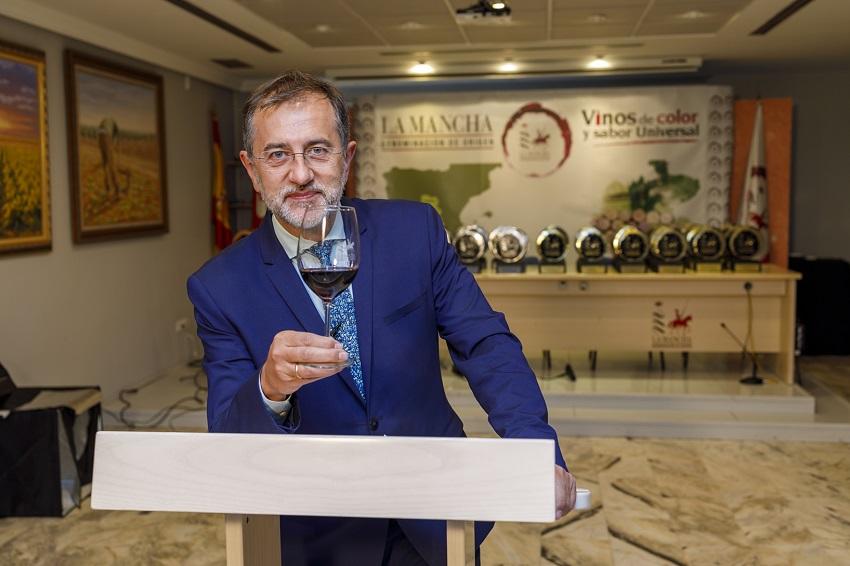 Pedro Carreño, periodista de RVTE brinda al final del acto