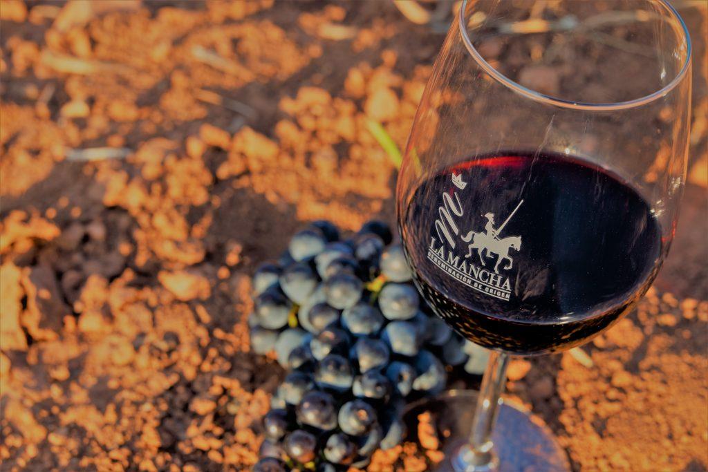 Copa de vino DO La Mancha con racimo tempranillo
