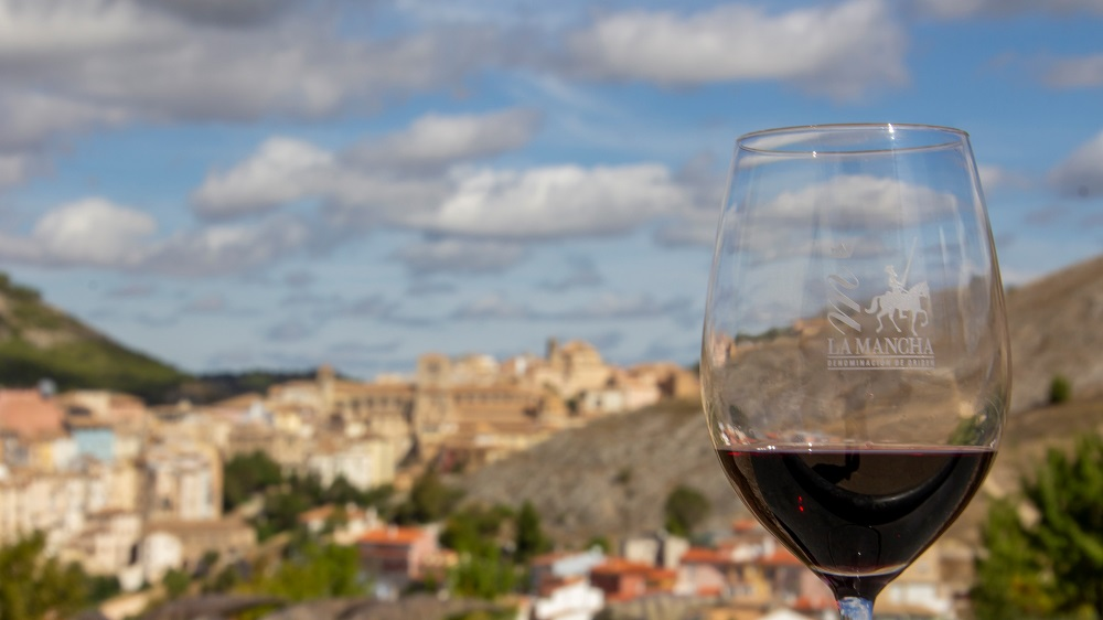 Un vino de La Mancha con la ciudad de Cuenca al fondo