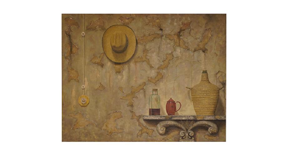 Anaquel. Sombrero colgado sobre una pared descorchada. A la derecha podemos ver una estantería con un botijo y varios utensilios relacionados con el mundo del vino.
