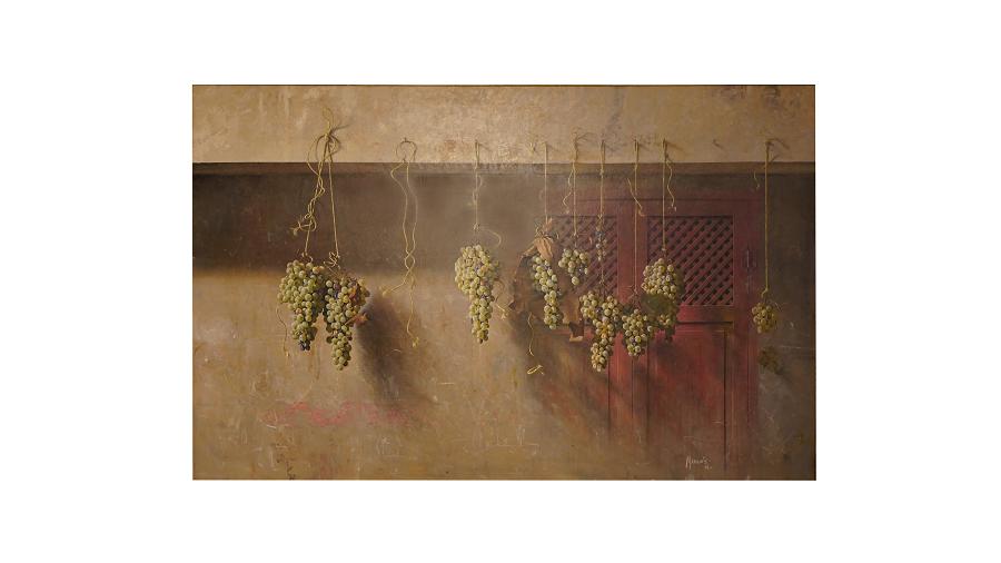 Racimos de uvas colgados del techo. De esta forma se conservan mejor los racimos de uvas.