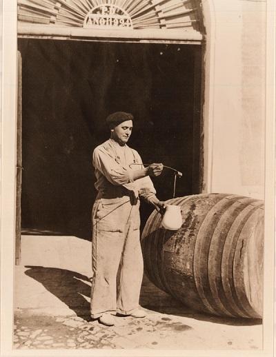 Hombre sirviendo vino