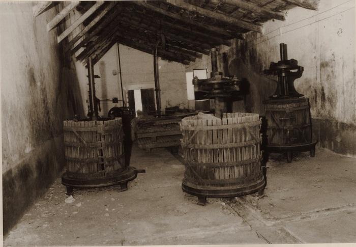 Varias prensas en la bodega