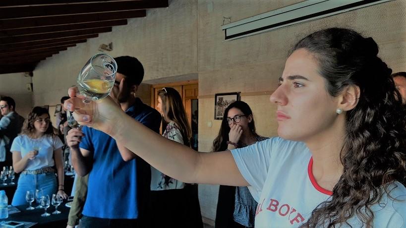 Joven univertiaria catando un vino DO La Mancha en 2019