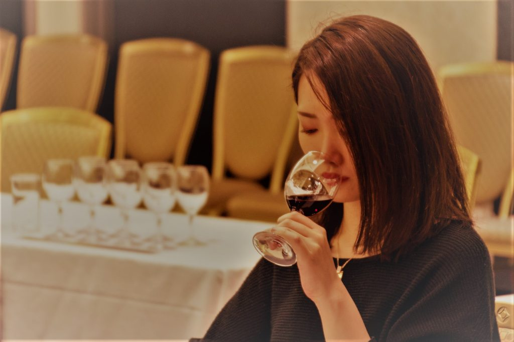Una mujer degusta un vino DO La Mancha en Japón (2)
