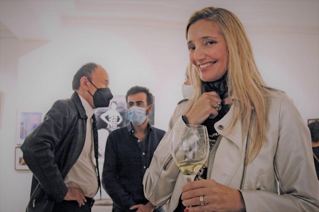 Elena Chavarri en la muestra, posa con un con un vino DO La Mancha