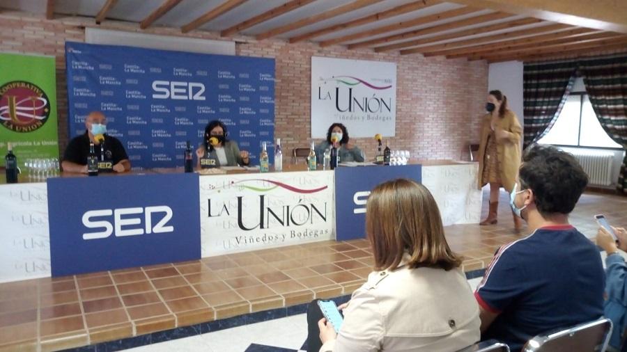 Eva María Calcerrada (Vpdta de La Unión) y Ángel Ortega (gerente de la D.O. La Mancha), desde Cadena Ser