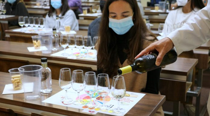 Una joven universitaria cata un vino en León