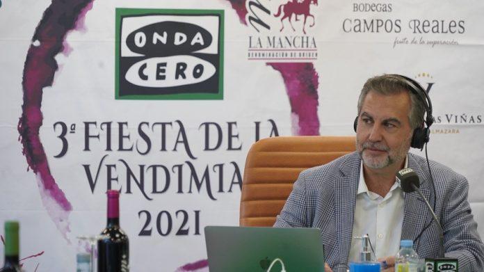 Carlos Alsina, desde la Torre del Vino de Socuéllamos, participa en la III Fiesta de la Vendimia